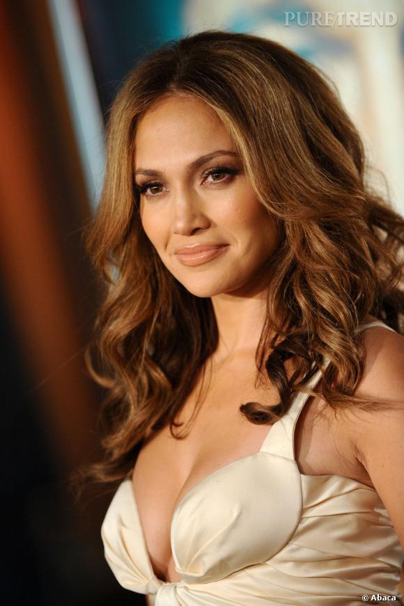 En bonne diva du R'n'b,  Jennifer Lopez  maîtrise ses boucles à la perfection. Son hair code : des cheveux wavy et glossy pour une coiffure de star.