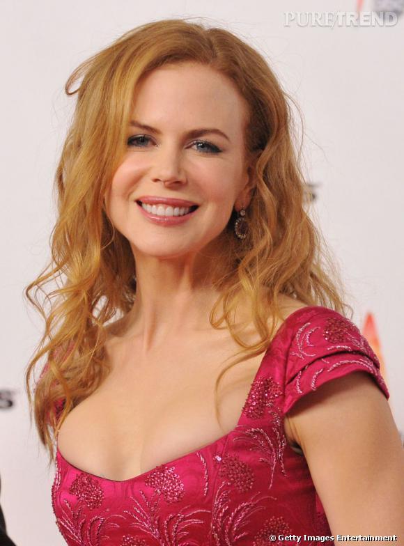Naturellement frisée,  Nicole Kidman  a depuis longtemps discipliné ses cheveux avec des coupes de cheveux bouclés bien maîtrisées.