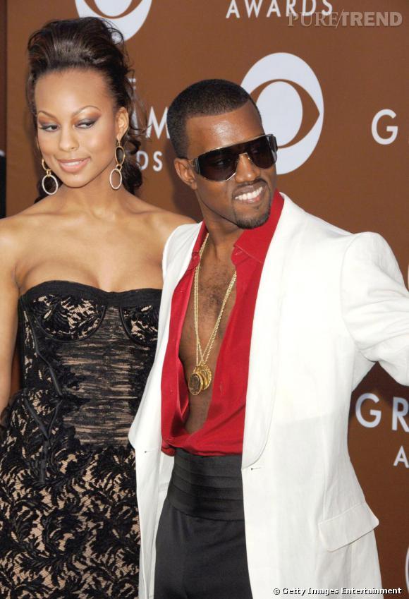 """Le flop  """"bling"""": Décolleté à la Tony Montana et médailles en or superposées, Kanye en fait trop et se la raconte."""