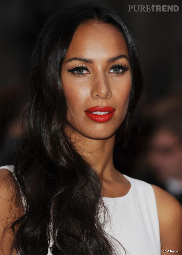 Leona Lewis ourle sa bouche d'un rouge passion et passe un fin trait d'eye-liner sur ses yeux pour un regard plus intense.