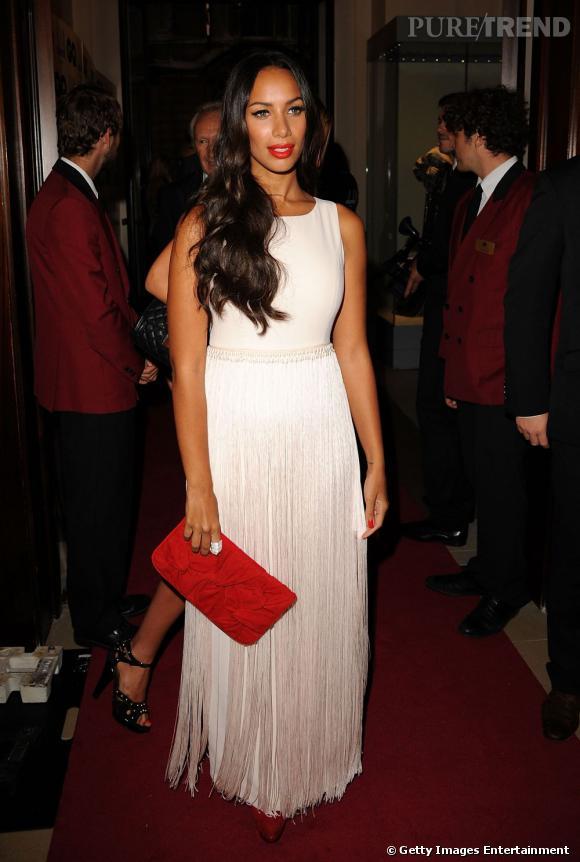 Une pochette rouge apporte couleur et style au look de Leona.