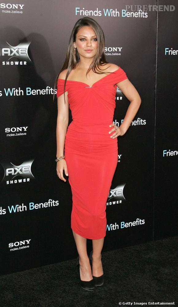 Mila Kunis en robe Lanvin ne choisit ni un décolleté affriolant, ni une coupe ultra-courte. Elle parvient tout de même à être très sexy en dévoilant subtilement ses épaules, le tout moulée dans une robe rouge.