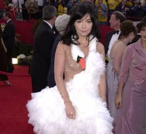 Björk esquisse un petit sourire dans sa robe cygne, très fière de son coup.