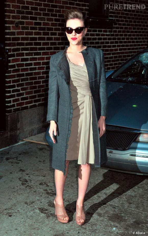 Allure rétro pour Scarlett Johansson, bien couverte devant les photographes.