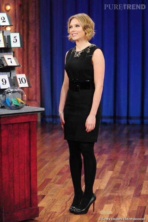 Toute de noir vêtue, sa silhouette est floutée. Scarlett Johansson deviendrait-elle pudique ?
