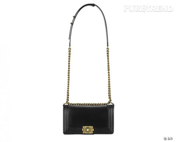 Sac BOY en cuir patiné noir, anse chaîne gourmette en maillon de métal, Chanel, 1 980 €.