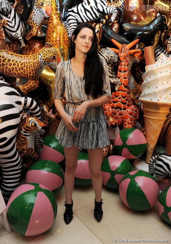 Chez Mulberry, Kristen Stewart a fait honneur à la marque dans une robe fluide avec des bottines noires. Résultat : un look bien orchestré.