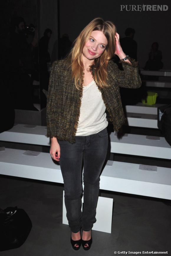 Égérie parfum Yves Saint Laurent, la belle Melanie Thierry est fidèle aux défilés de la griffe. On la retrouve également souvent chez Miu Miu, Giambattista Valli ou Chloé.