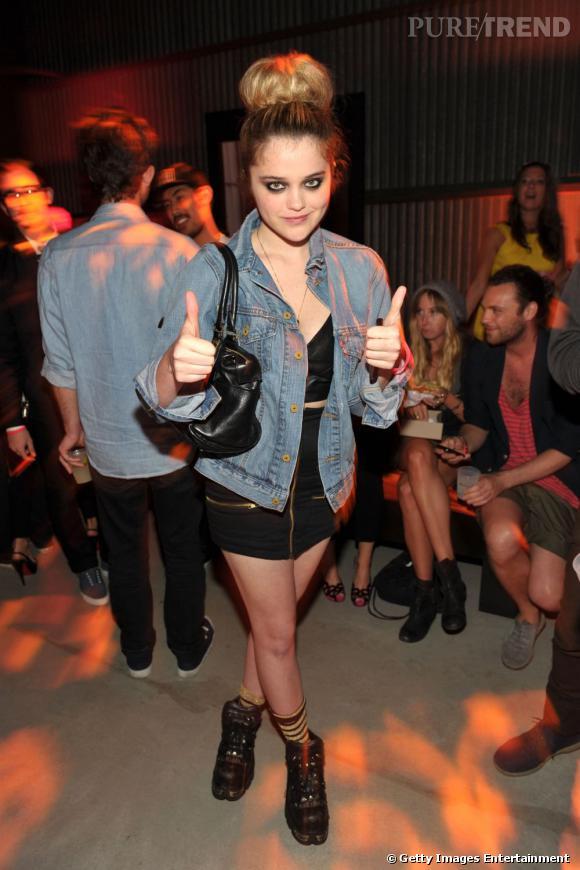 Pour la plupart de ses looks, Sky mixe tenues un peu provocantes avec des pièces masculines, comme ici les bottes et la chemise en jeans.