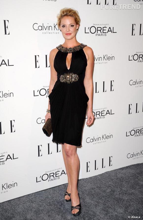 Katherine Heigl porte une robe bijou qui souligne sa taille et ses formes pulpeuses.