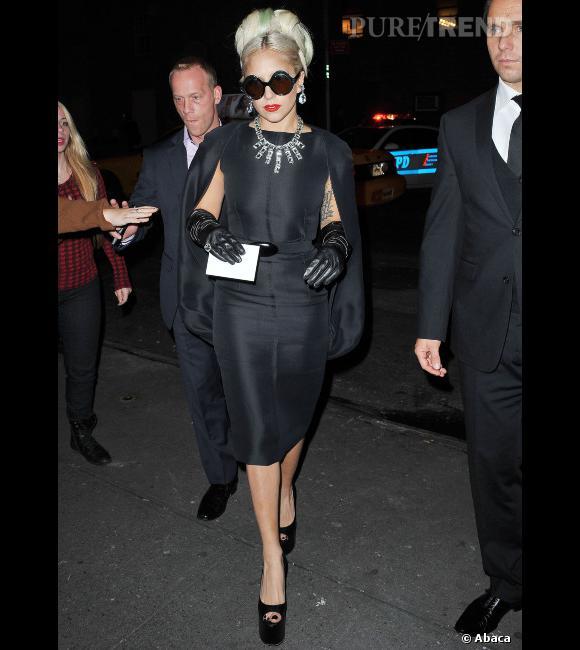 Lady Gaga particulièrement chic dans une robe Stephane Rolland Printemps-Été 2010.