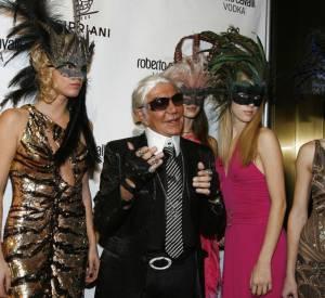 Roberto Cavalli entouré de belles masquées.
