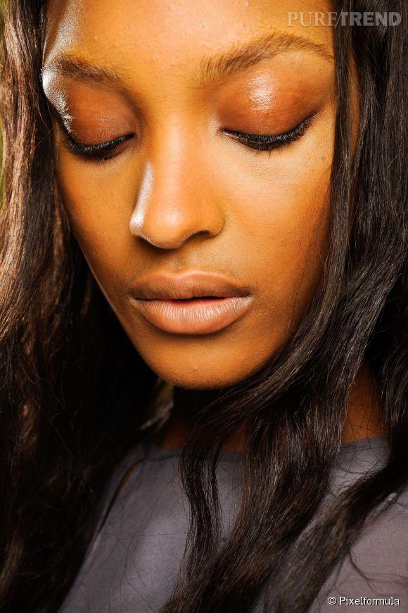 Les yeux sont très fragiles. Veillez à bien les démaquiller avec un produit qui leur est dédié.