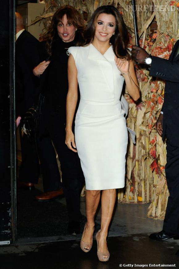 Eva Longoria en robe drapée blanche.