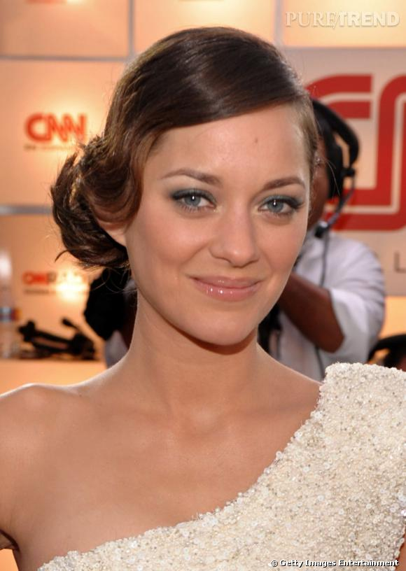 marion cotillard opte pour un fard gris qui apporte de la douceur son maquillage yeux bleus. Black Bedroom Furniture Sets. Home Design Ideas