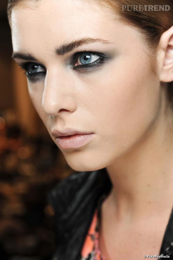 Pour mettre en valeur vos yeux bleus, le smoky eye reste une valeur sûre. Le regard ourlé de noir, le fard légèrement fumé, le maquillage yeux bleus se fait hypnôtique.