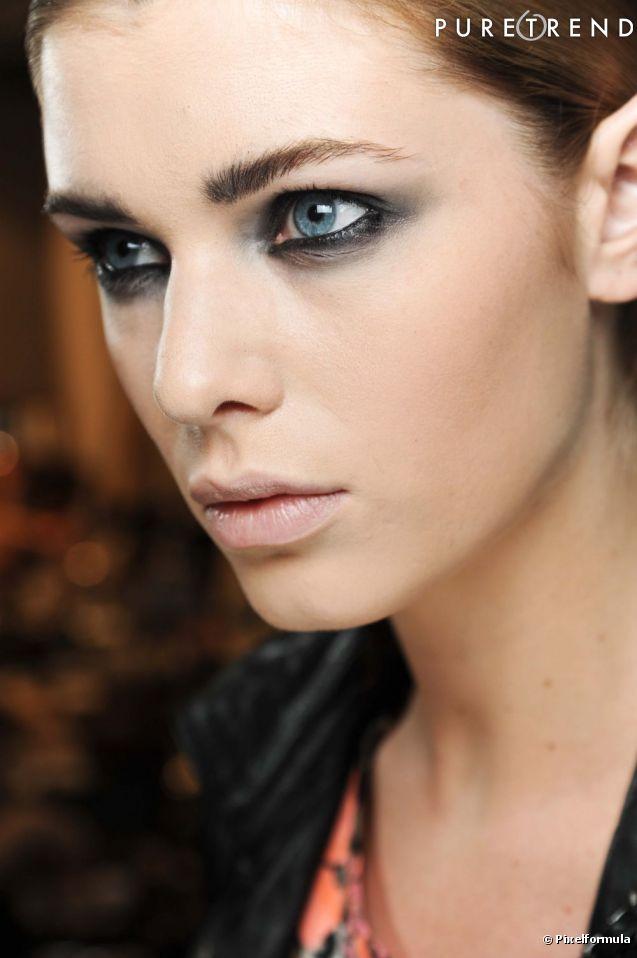 Pour mettre en valeur vos yeux bleus le smoky eye reste une valeur s re le regard ourl de - Yeux gris bleu ...