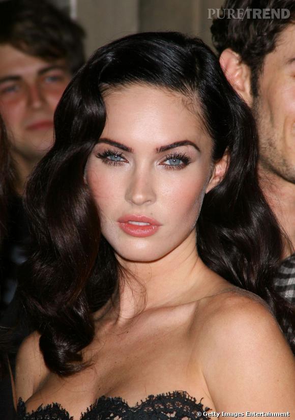 Megan Fox se fait un regard de star à coup d'ombre à paupières irisée et de mascara volumateur.