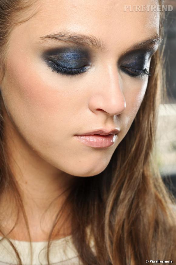 Les yeux bleus ont droit au fard bleu seulement s'il est nuit. La paupière ainsi fardée, le regard se fait intense.