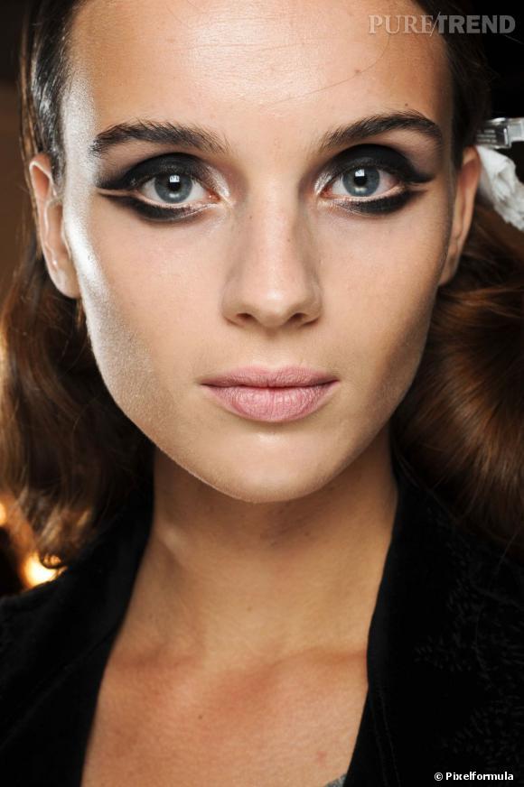 Quand le smoky eye se fait ludique, les yeux bleus deviennent captivants. N'hésitez pas à vous amuser, le maquillage, c'est aussi fait pour cela.