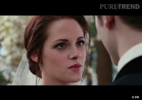 """La robe de Kristen Stewart, alias Bella Swan, est l'un des secrets du cinéma les mieux gardés ! Car il faut tout simplement voir le film """"Twilight Révélations"""" 1ere partie, pour découvrir vraiment la robe de mariée de l'héroïne dans la scène du mariage, tout aussi attendue que la scène d'amour..."""