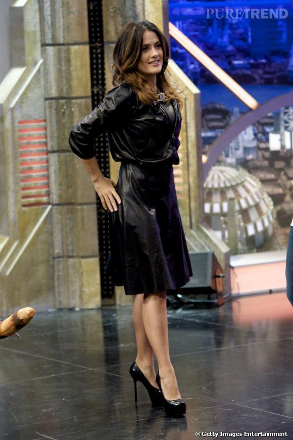 Salma Hayek tout en cuir, venue s'amuser sur un plateau télé.