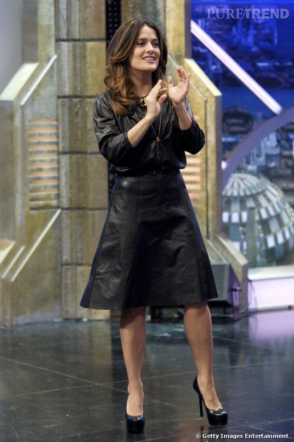 La longueur de la jupe rend l'ensemble tout de même sage malgré le cuir.