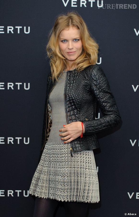 La veste courte en cuir effet croco apporte un esprit rock au look du mannequin.