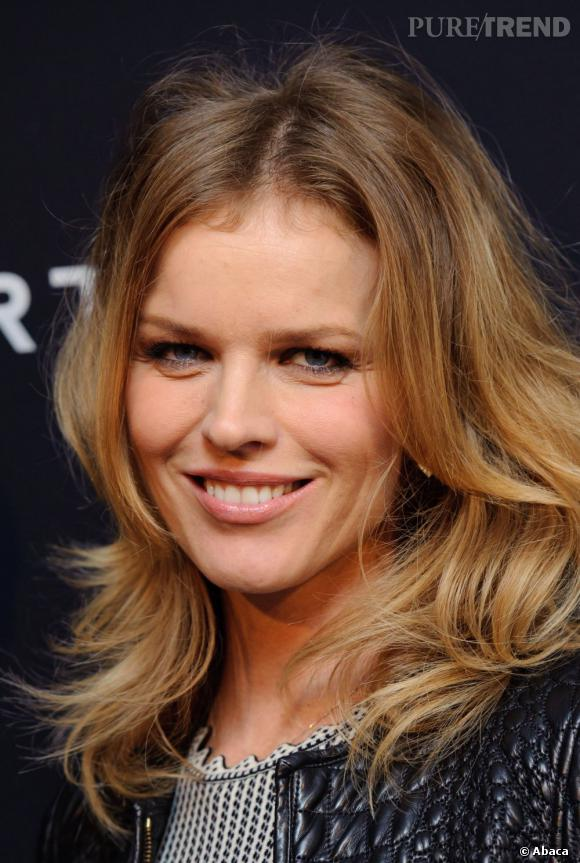 Make-up léger et cheveux froissés, Eva choisit un beauty look naturel.