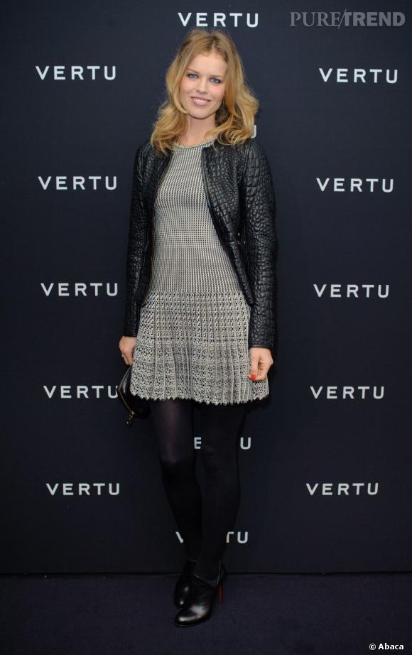 Robe plissée et collant opaque, Eva Herzigova opte pour un look sage.