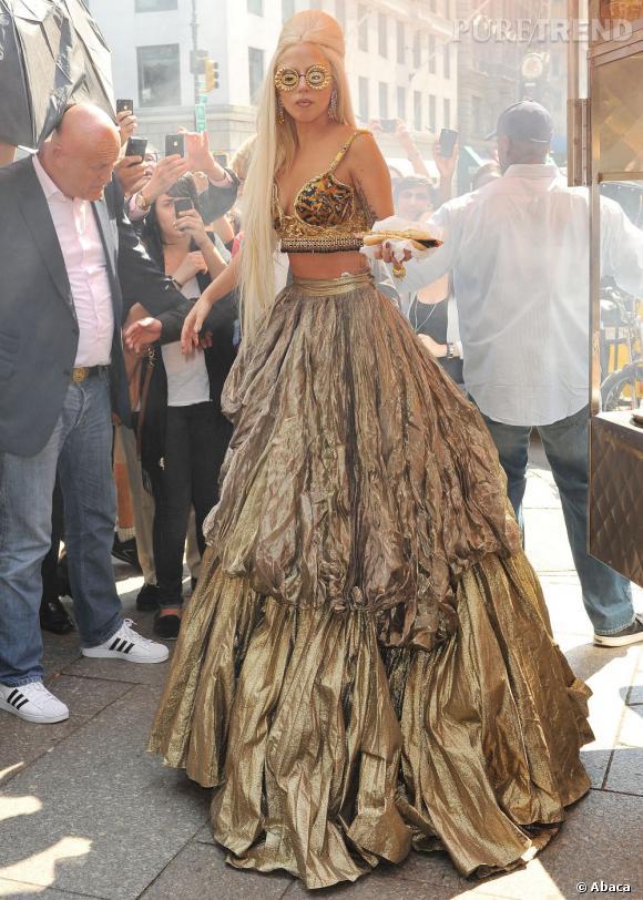 C'était finalement une Lady Gaga comme on la voit souvent qu'Annie Leibovitz avait mis en scène dans le premier shooting.