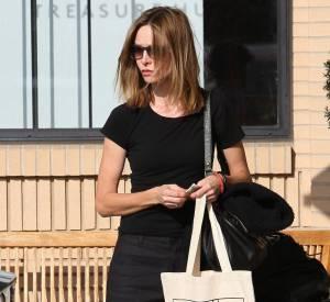 Elle se sauve d'une allure trop hobo avec des lunettes de soleil très chic.