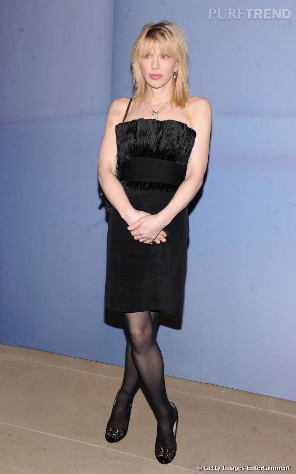Une petite robe noire très chic qui tranche radicalement avec les looks habituels de Courtney Love.