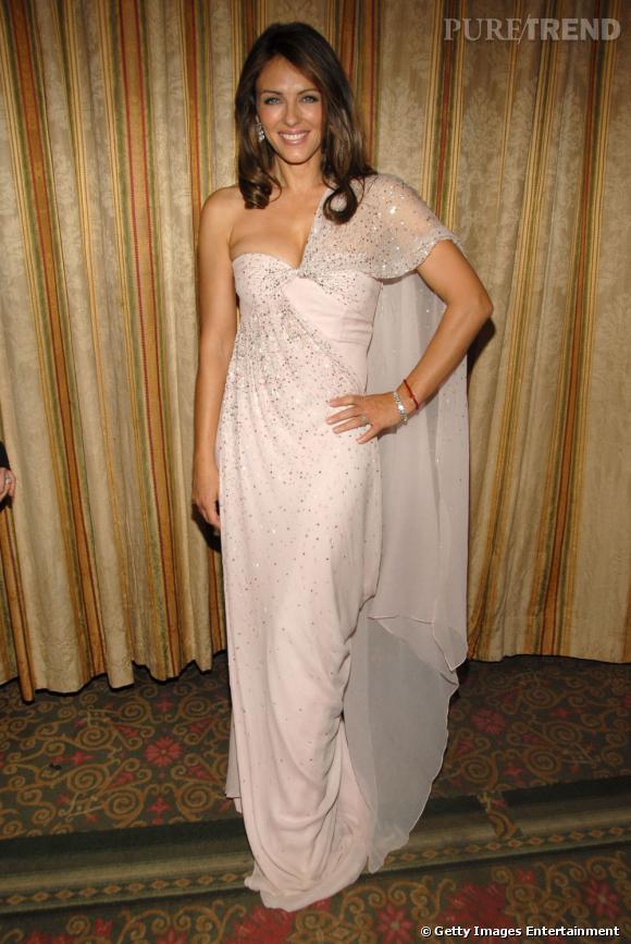Liz Hurley, radieuse en fourreau blanc doucement glitter.