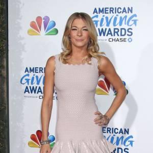 La poitrine de la chanteuse est totalement écrasée, la robe n'est pas flatteuse.