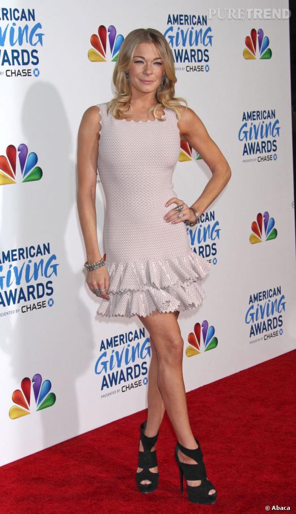 LeAnn Rimes sur le tapis rouge des American Giving Awards. Si jamais quelqu'un maîtrise le bouche à bouche dans la salle, qu'il se manifeste.