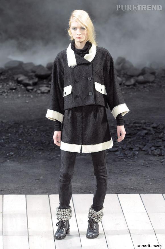 Pour la collection Automne-Hiver 2011, Chanel change la donne et fait porter au mannequin un pantalon sous son tailleur jupe.