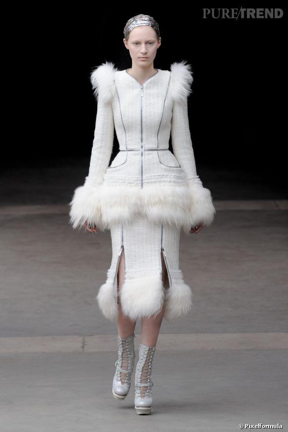 Alexander McQueen nous montre sa propre version du tailleur jupe. Blancheur immaculée et fourrure, ce tailleur est résolument moderne.