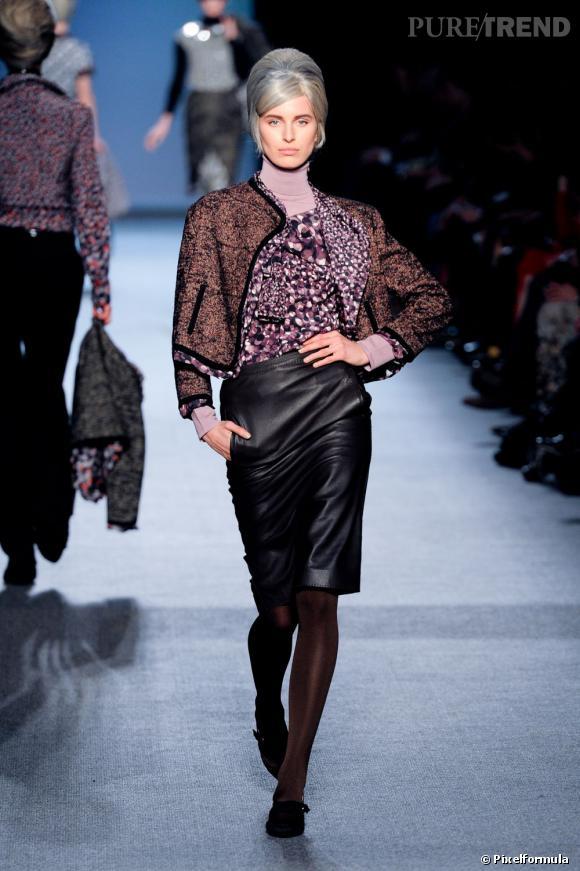 Chez Jean-Paul Gaultier, la mode sixties bat son plein. La veste en tweed vient réchauffer une jupe en cuir.