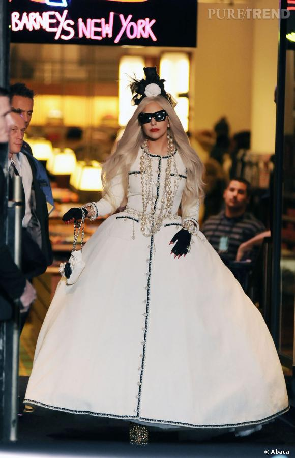 Lady Gaga et son tailleur Chanel. Une réinterprétation extravagante du célèbre ensemble en tweed.