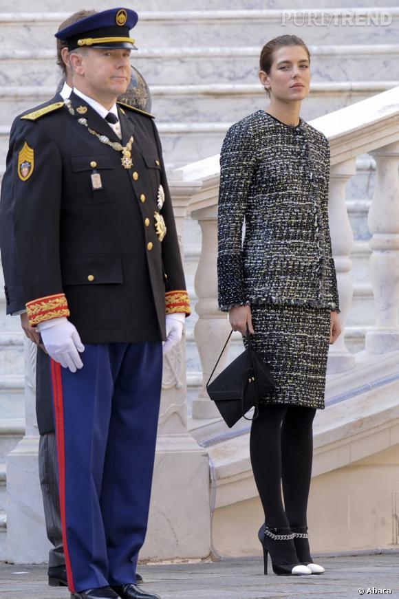 Charlotte Casiraghi marche sur les pas de sa grand-mère Grace Kelly dans ce très strict tailleur jupe en tweed noir et blanc.