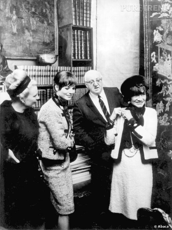 Coco Chanel a lancé la mode du tailleur en en tweed gansé après la Seconde Guerre mondiale.