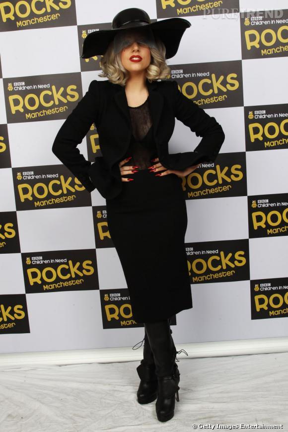 Lady Gaga n'a pas fini de nous montrer sa vision du tailleur jupe. Ici façon Cruella d'Enfer, elle opte pour un total look noir.