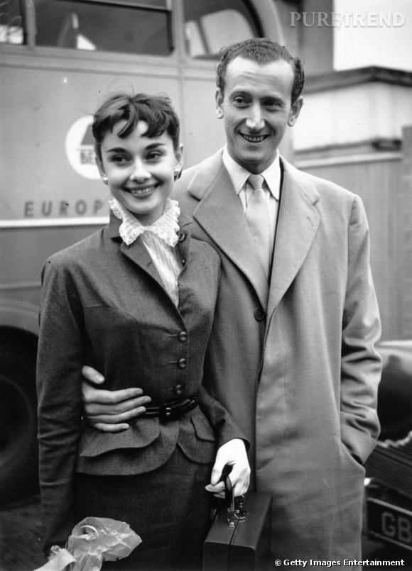 Audrey Hepburn, une autre icône adepte du tailleur. Ici, avec un petit chemisier col victorien et une ceinture, elle représente tout le chic de la fin des années 50.
