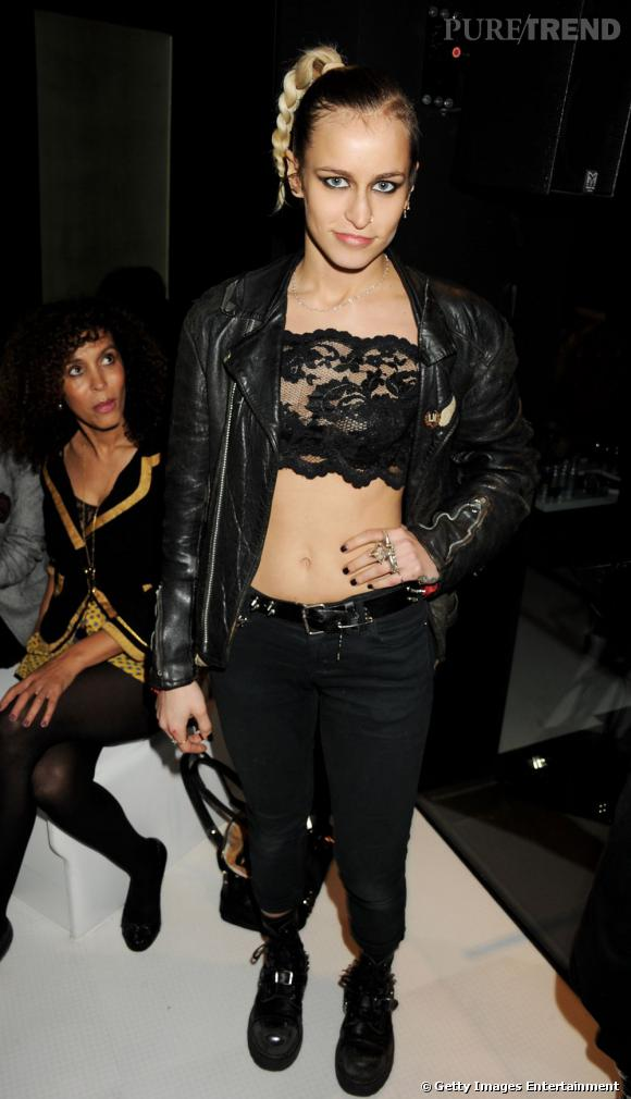 La veste en cuir fait partie des must-have de la garde-robe du mannequin.