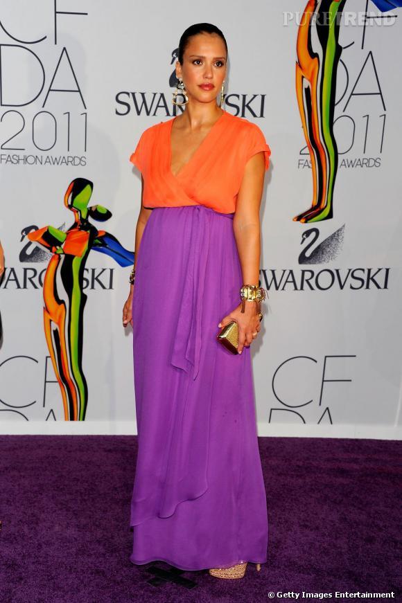 Jessica Alba, en Diane Von Furstenberg, flatte à la fois son teint hâlé et son corps de future maman.