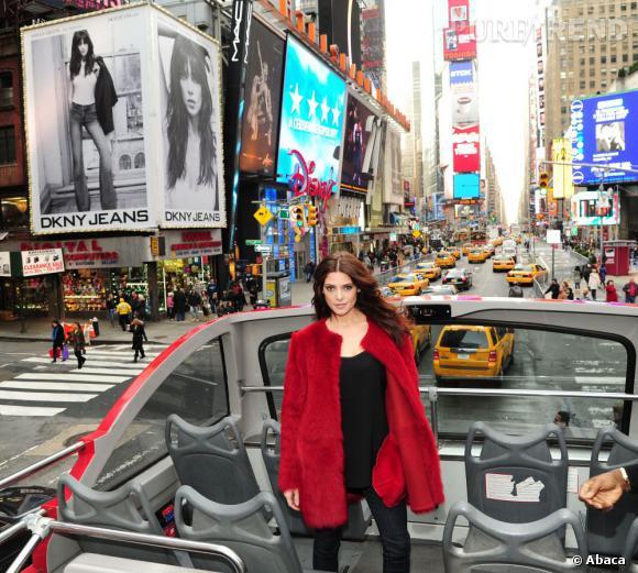 Ashley Greene devant sa publicité pour DKNY Jeans à Times Square.