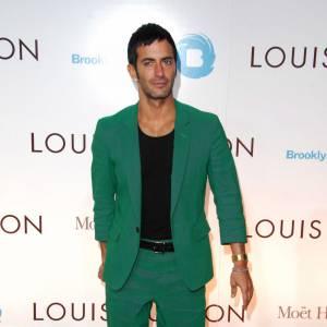 Aujourd'hui, Marc Jacobs est beau, bronzé et musclé et se la joue gravure de mode.
