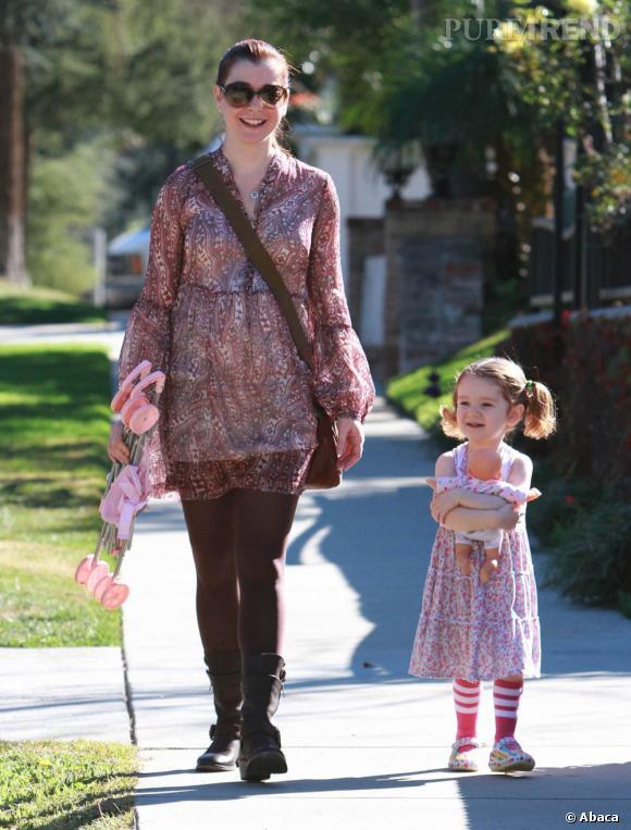 Alyson Hannigan enceinte, se promène avec sa fille dans les rues de Brentwood.