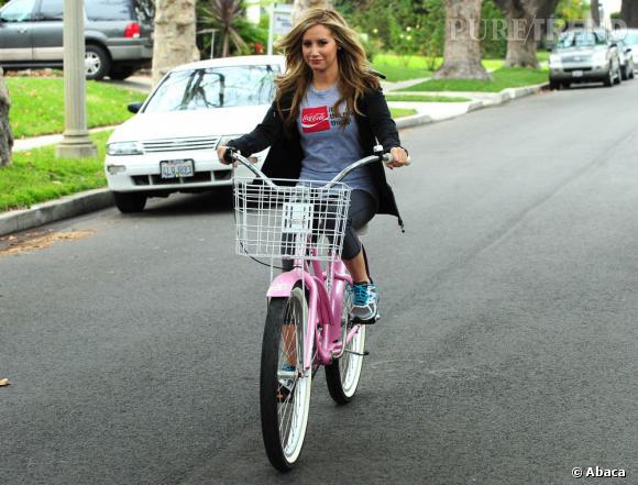 Ashley Tisdale a fière allure sur sa bicyclette. Rose s'il vous plait !